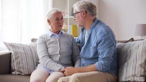 Traurige ältere Paare, die zu Hause umarmen stock video footage