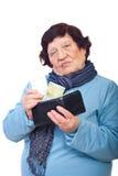 Traurige ältere Personen geben letzten Penny auf Medizin Stockbilder