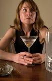 Traurige alkoholische Frau Stockfoto