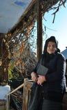 Traurige alte Dame, die eine Bibel auf ihrem Portal hält Lizenzfreies Stockbild