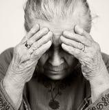 Traurige alte ältere Frau mit Gesundheitsproblemen Lizenzfreie Stockfotografie