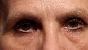 Traurige Augen einer Frau nach 55 Jahren alt stock video footage