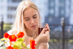 Traurige blonde Frau Lizenzfreies Stockfoto