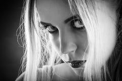 Traurige blonde Frau Stockfotografie