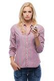 Traurige blonde Frauenholding ihr Mobiltelefon Stockbilder