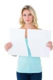 Traurige Blondine, die eine defekte Karte hält Stockfotografie