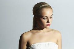 Traurige Braut im weißen Kleid Schöne blonde Frau Lizenzfreies Stockfoto