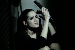 Traurige deprimierte einsame erschrockene Frau, die unter der Dusche schreit Lizenzfreies Stockfoto