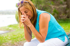 Traurige deprimierte einsame Frau im Freien Lizenzfreies Stockfoto