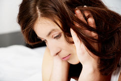 Traurige deprimierte Frau auf Bett Lizenzfreies Stockbild
