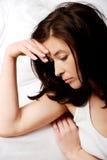 Traurige deprimierte Frau auf Bett Lizenzfreie Stockfotografie