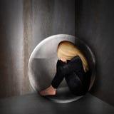 Traurige deprimierte Frau in der dunklen Blase Stockbild
