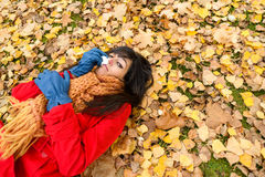 Traurige deprimierte Frau, die auf Herbst schreit Lizenzfreies Stockbild