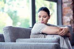 Traurige deprimierte Frau, die in der Krise untertaucht Lizenzfreie Stockbilder