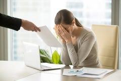 Traurige deprimierte Geschäftsfrau erhält Dokument mit schlechten Nachrichten, Firma Stockfotografie
