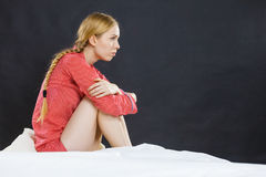 Traurige deprimierte junge Frau im Bett Lizenzfreie Stockfotos