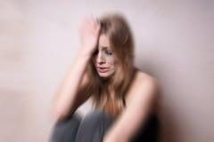 Traurige deprimierte junge Frau mit Riss-beflecktem Gesicht Stockfotografie