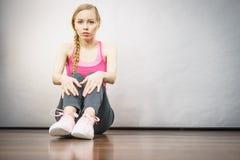 Traurige deprimierte junge Jugendliche, die durch Wand sitzt Lizenzfreie Stockbilder