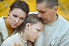 Traurige dreiköpfige Familie Lizenzfreie Stockfotografie