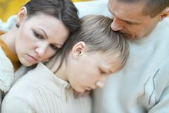 Traurige dreiköpfige Familie auf der Natur Stockbilder