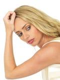 Traurige durchdachte einsame schwermütige junge Frau mit dem blonden Haar Lizenzfreie Stockfotografie
