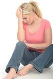 Traurige durchdachte ernste attraktive junge Frau, die gesorgt schaut Lizenzfreie Stockfotos