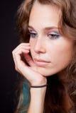 Traurige durchdachte nachdenkliche Frau stockbild