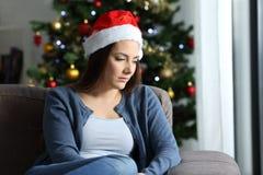 Traurige einsame Frau, die sich zu Hause im Weihnachten beschwert stockbilder