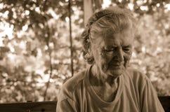 Traurige einsame nachdenkliche alte ältere Frau Stockfotografie