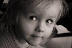 Traurige ernste Augen des kleinen Mädchens. Nahaufnahme. Stockfotos