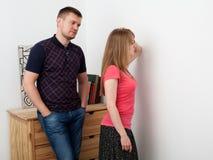 Traurige Frau abgewendet von einem Mann Stockbilder