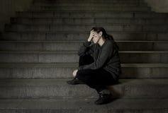 Traurige Frau allein auf der leidenden Krise des Straßen-U-Bahntreppenhauses, die krank und hilflos schauend schaut lizenzfreie stockfotografie