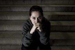 Traurige Frau allein auf der leidenden Krise des Straßen-U-Bahntreppenhauses, die krank und hilflos schauend schaut stockbild