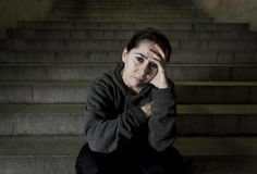 Traurige Frau allein auf der leidenden Krise des Straßen-U-Bahntreppenhauses, die krank und hilflos schauend schaut lizenzfreie stockbilder