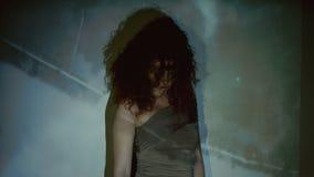 Traurige Frau auf dem Hintergrundvideoflug über stock video