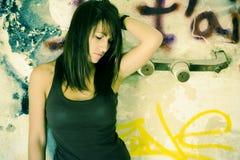 Traurige Frau auf schmutziger Wand Stockfotos