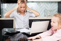 Traurige Frau betrachtet die Rechnung stockfotos