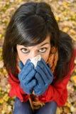 Traurige Frau in der Herbstgrippe und -kälte Stockfoto