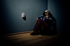 Traurige Frau, die allein sitzt Lizenzfreie Stockbilder
