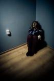 Traurige Frau, die allein sitzt Stockfotografie