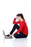 Traurige Frau, die auf Laptopbildschirm schaut. lizenzfreies stockfoto