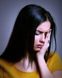 Traurige Frau, die eine Migräne - Krisenkonzept hat Stockbild
