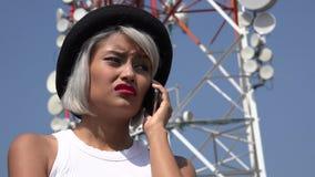 Traurige Frau, die Handy verwendet Stockbild