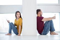 Traurige Frau, die ihren Mann betrachtet lizenzfreies stockfoto