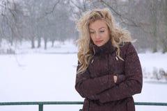 Traurige Frau, die im Winter einfriert Lizenzfreie Stockfotografie
