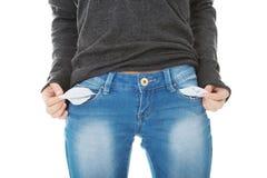 Traurige Frau, die leere Taschen herausnimmt Lizenzfreie Stockfotografie