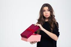 Traurige Frau, die mit geöffneter Geschenkbox steht Stockfotografie