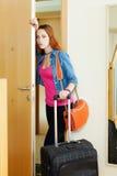Traurige Frau, die nach Hause verlässt stockfotografie