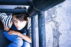 Traurige Frau, die oben schaut Stockfotografie