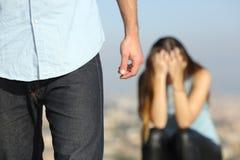 Traurige Frau, die sich draußen oben nach Bruch beschwert stockfotos